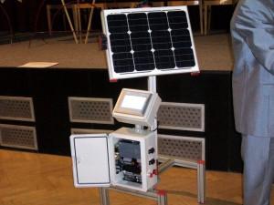 Fotovoltaický článek řízený PLC automatem za sluncem